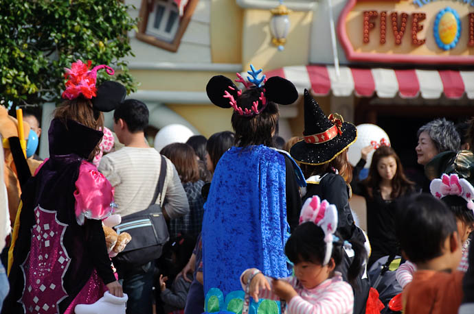 King Mickey and his Pages -- Tokyo Disneyland -- Urayasu, Chiba, Japan -- Copyright 2009 Jeffrey Friedl, http://regex.info/blog/