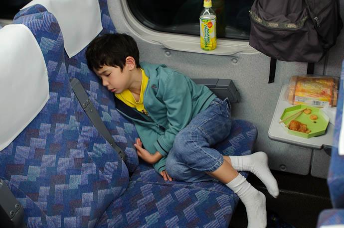 Snoozing at 254kph on a bullet train 30 minutes out of Tokyo -- On the bullet train -- Odawara, Kanagawa, Japan -- Copyright 2009 Jeffrey Friedl, http://regex.info/blog/