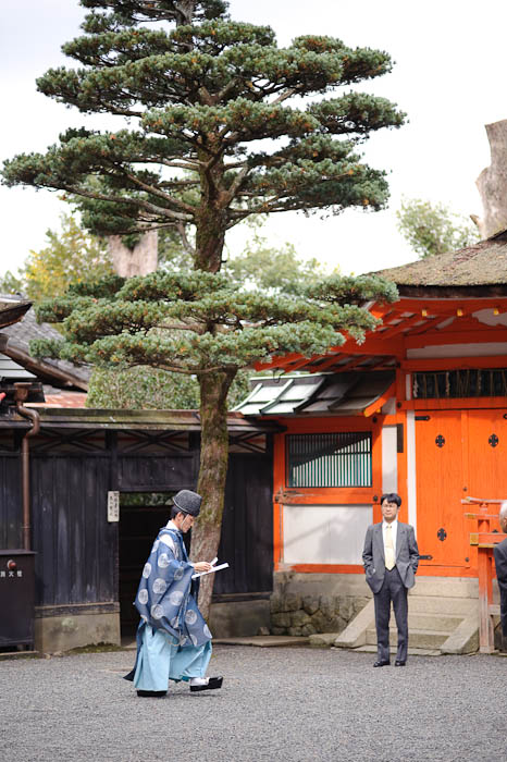 Priest Arrives -- Yoshida Shrine -- Kyoto, Japan -- Copyright 2009 Jeffrey Friedl, http://regex.info/blog/