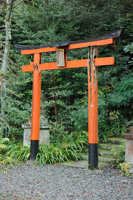 Gate of Disrepair -- Himukai Shrine -- Kyoto, Japan -- Copyright 2009 Jeffrey Friedl, http://regex.info/blog/