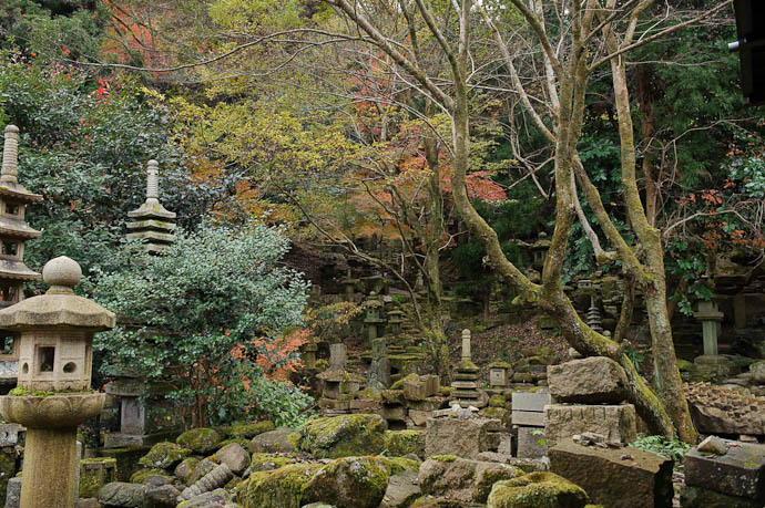 The Back Garden -- Nishimura Stone Lanterns workshop and garden -- Kyoto, Japan -- Copyright 2009 Jeffrey Friedl, http://regex.info/blog/