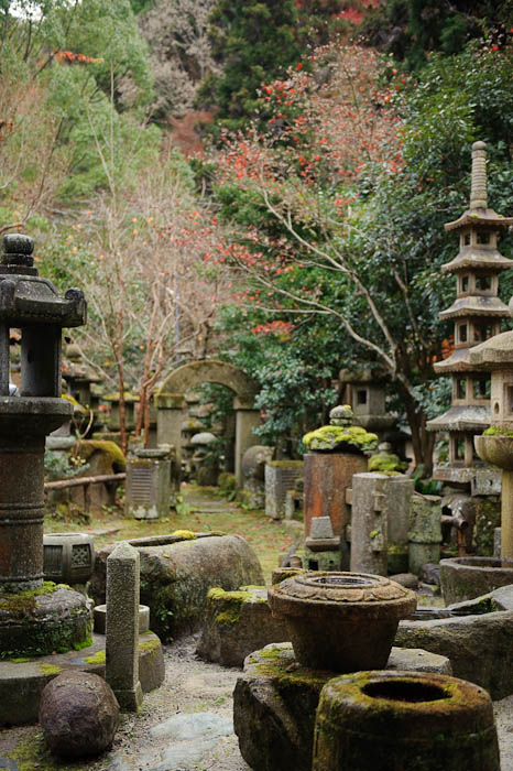The Side Garden -- Nishimura Stone Lanterns workshop and garden -- Kyoto, Japan -- Copyright 2009 Jeffrey Friedl, http://regex.info/blog/