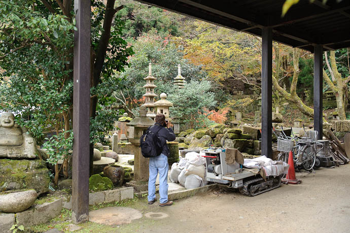 Venturing In just a bit -- Nishimura Stone Lanterns workshop and garden -- Kyoto, Japan -- Copyright 2009 Jeffrey Friedl, http://regex.info/blog/