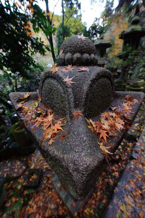 Bearing Down -- Nishimura Stone Lantern workworkshopshop and garden -- Kyoto, Japan -- Copyright 2009 Jeffrey Friedl, http://regex.info/blog/