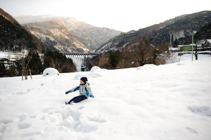 Falling, Mid- Fruumph -- Omaki Onsen Spa Garden Waen -- Tonami, Toyama, Japan -- Copyright 2010 Jeffrey Friedl, http://regex.info/blog/