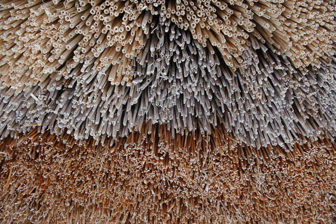 Bottom Edge of Roof Thatch built up from layers of different materials -- Nanto, Toyama, Japan -- Copyright 2010 Jeffrey Friedl, http://regex.info/blog/