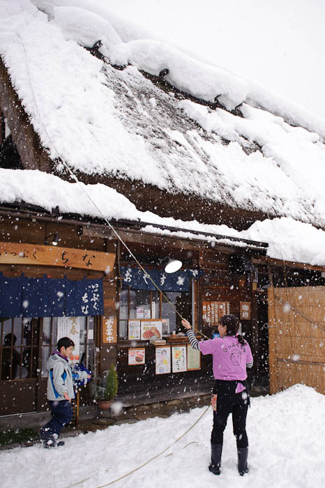 Clearing Roof Snow -- Shirakawa, Gifu, Japan -- Copyright 2010 Jeffrey Friedl, http://regex.info/blog/