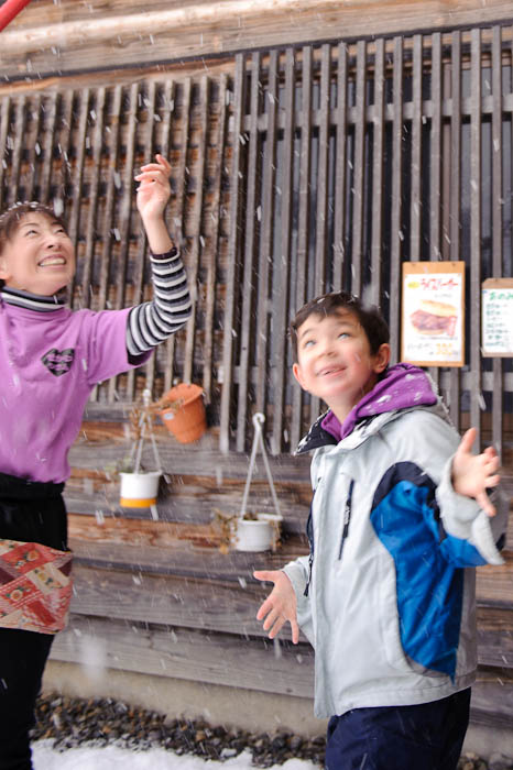 Anticipation -- Shirakawa, Gifu, Japan -- Copyright 2010 Jeffrey Friedl, http://regex.info/blog/
