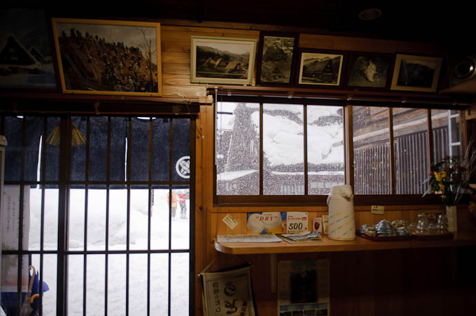 いっぷく ちな (cafe ippuku chi'na ) Inside, Looking Out -- Shirakawa, Gifu, Japan -- Copyright 2010 Jeffrey Friedl, http://regex.info/blog/