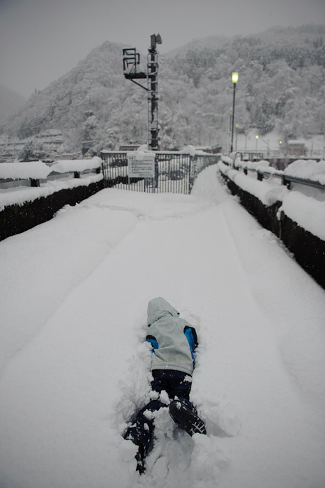 A Foot of Fresh Snow on the dam-top path -- Tonami, Toyama, Japan -- Copyright 2010 Jeffrey Friedl, http://regex.info/blog/