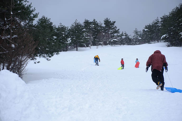 Daddy Trudging Up Hill Photo by Anthony Friedl -- Makino Ski Area -- Takashima, Shiga, Japan -- Copyright 2010 Jeffrey Friedl, http://regex.info/blog/