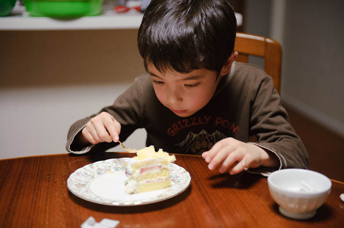 eating cake Down to a Science -- Kyoto, Japan -- Copyright 2010 Jeffrey Friedl, http://regex.info/blog/