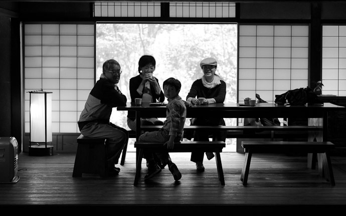 Family Time -- Sunainosato -- Otsu, Shiga, Japan -- Copyright 2010 Jeffrey Friedl, http://regex.info/blog/