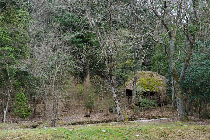 Picturesque Hut of Unknown Purpose -- Sunainosato -- Otsu, Shiga, Japan -- Copyright 2010 Jeffrey Friedl, http://regex.info/blog/