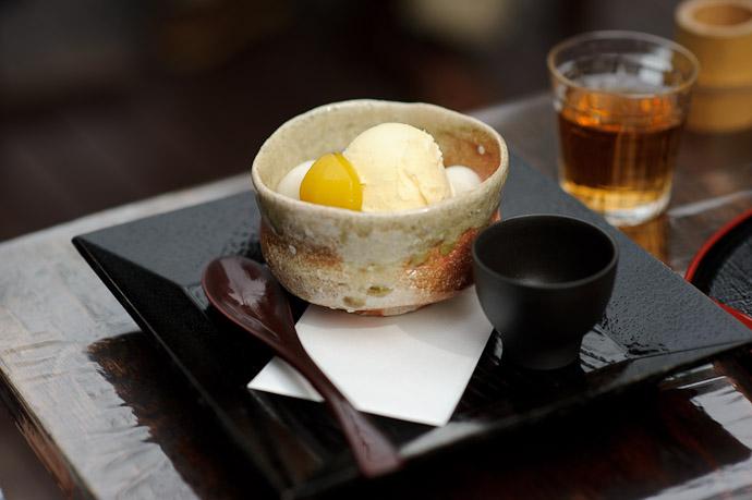 Small Dessert ice cream and chestnut -- Sunainosato -- Otsu, Shiga, Japan -- Copyright 2010 Jeffrey Friedl, http://regex.info/blog/