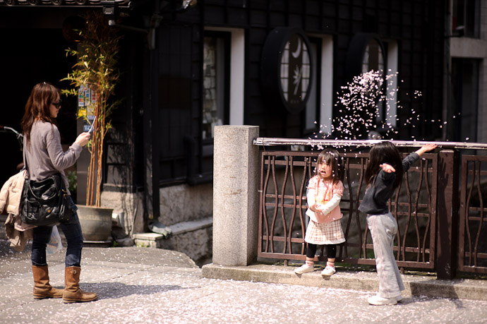 Childhood Joys -- Kyoto, Japan -- Copyright 2010 Jeffrey Friedl, http://regex.info/blog/