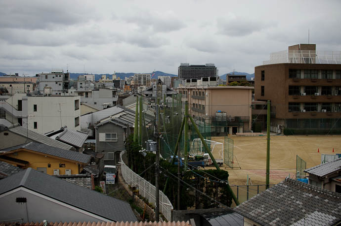 Throwaway Shot of Urban-Jungle Japan at 50 mm -- Kyoto, Japan -- Copyright 2010 Jeffrey Friedl, http://regex.info/blog/