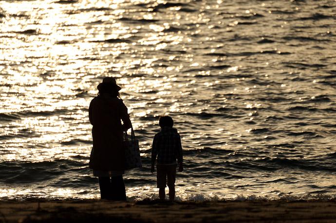 With Mommy -- Keinomatubara -- Minamiawaji, Hyogo, Japan -- Copyright 2010 Jeffrey Friedl, http://regex.info/blog/
