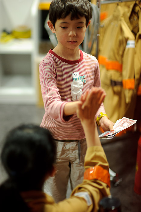 Payday and a tepid high five -- KidZania -- Nishinomiya, Hyogo, Japan -- Copyright 2010 Jeffrey Friedl, http://regex.info/blog/