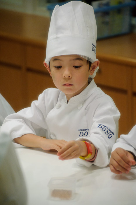 Inspecting the Grains -- KidZania -- Nishinomiya, Hyogo, Japan -- Copyright 2010 Jeffrey Friedl, http://regex.info/blog/