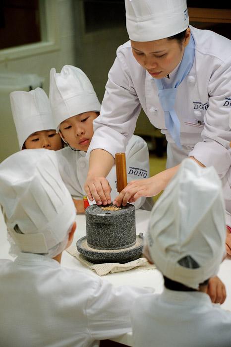 Milling Flour -- KidZania -- Nishinomiya, Hyogo, Japan -- Copyright 2010 Jeffrey Friedl, http://regex.info/blog/