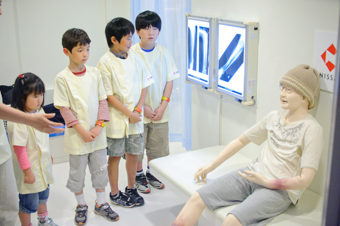 Meeting the Patient -- KidZania -- Nishinomiya, Hyogo, Japan -- Copyright 2010 Jeffrey Friedl, http://regex.info/blog/
