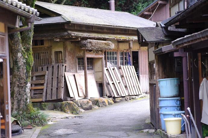 Old Building of some sort, near the temple entrance -- Jakkouin Temple -- Kyoto Sakyo Ward, Kyoto Prefecture, Japan -- Copyright 2010 Jeffrey Friedl, http://regex.info/blog/