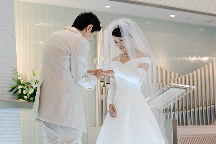 Placing Her Ring -- Wedding of Shogo and Namiko -- Nagoya, Aichi, Japan -- Copyright 2010 Jeffrey Friedl, http://regex.info/blog/