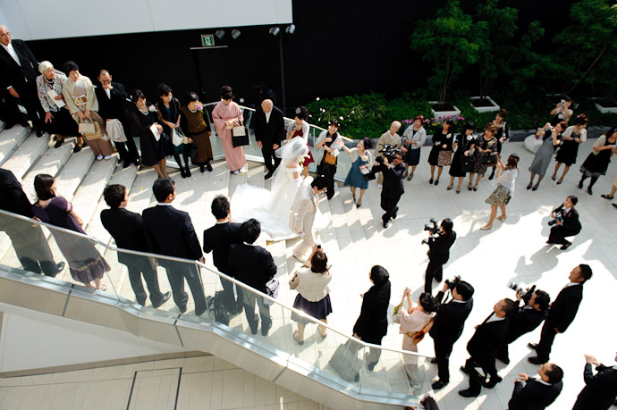 Gauntlet of Petals -- Wedding of Shogo and Namiko -- Nagoya, Aichi, Japan -- Copyright 2010 Jeffrey Friedl, http://regex.info/blog/