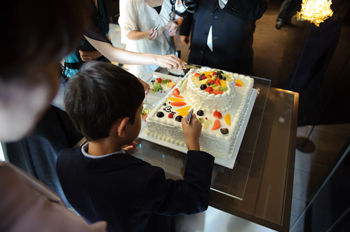 Writing a Note With Chocolate Frosting -- Wedding of Shogo and Namiko Matsunaka -- Nagoya, Aichi, Japan -- Copyright 2010 Jeffrey Friedl, http://regex.info/blog/