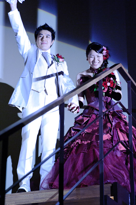 Dramatic Entrance -- Wedding of Shogo and Namiko -- Nagoya, Aichi, Japan -- Copyright 2010 Jeffrey Friedl, http://regex.info/blog/