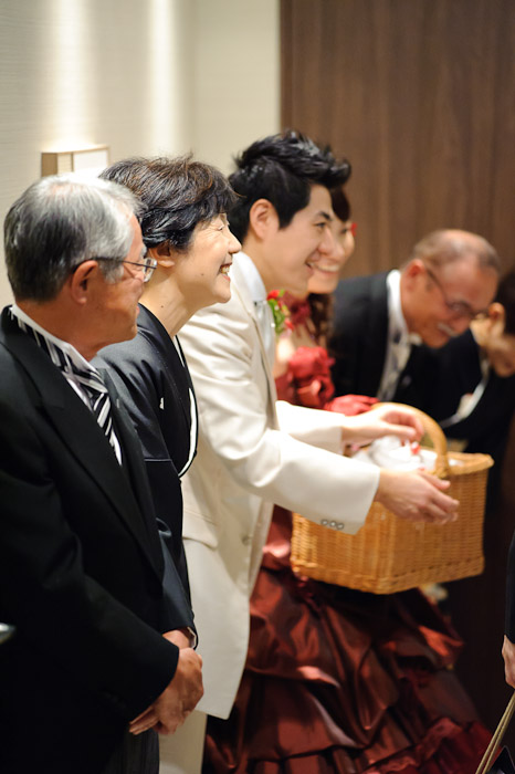 "End of Event ""Receiving Line"" guests are bid farewell on the way out (""seeing-off line""?) -- Wedding of Shogo and Namiko -- Nagoya, Aichi, Japan -- Copyright 2010 Jeffrey Friedl, http://regex.info/blog/"