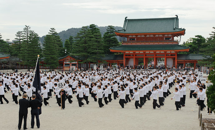 Lots of Tai Chi at the Heian Shrine Kyoto, Japan -- Copyright 2010 Jeffrey Friedl, http://regex.info/blog/
