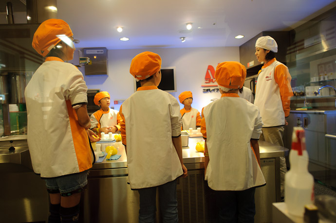 Making Flash-Frozen Rice Balls -- Kidzania -- Nishinomiya, Hyogo, Japan -- Copyright 2010 Jeffrey Friedl, http://regex.info/blog/