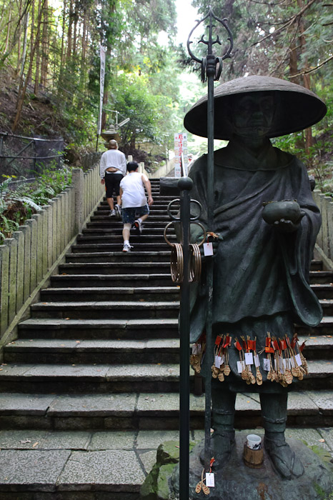 Standing in Silent Disinterest as a monk is trained to do -- Tanukidanisan Fudoin Temple -- Kyoto, Japan -- Copyright 2010 Jeffrey Friedl, http://regex.info/blog/