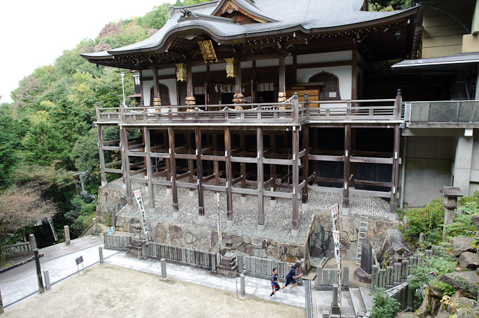 Main Temple Building as two boys race for the final flight -- Tanukidanisan Fudoin Temple -- Kyoto, Japan -- Copyright 2010 Jeffrey Friedl, http://regex.info/blog/