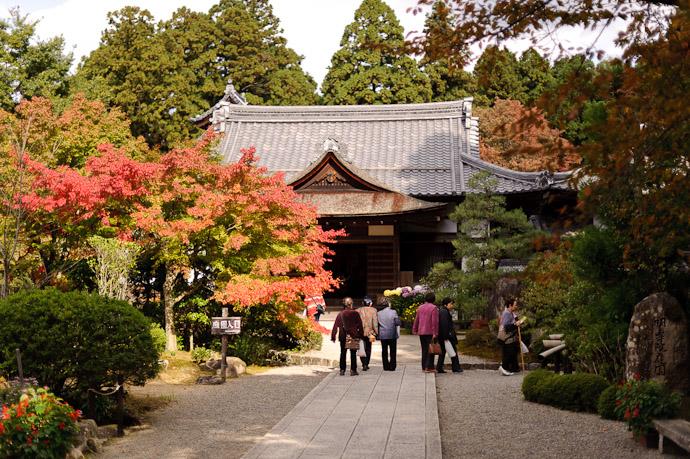 Side Gardenesque Area Kongourinji Temple, Shiga Japan -- Kongourinji Temple (金剛輪寺) -- Aisho, Shiga, Japan -- Copyright 2010 Jeffrey Friedl, http://regex.info/blog/
