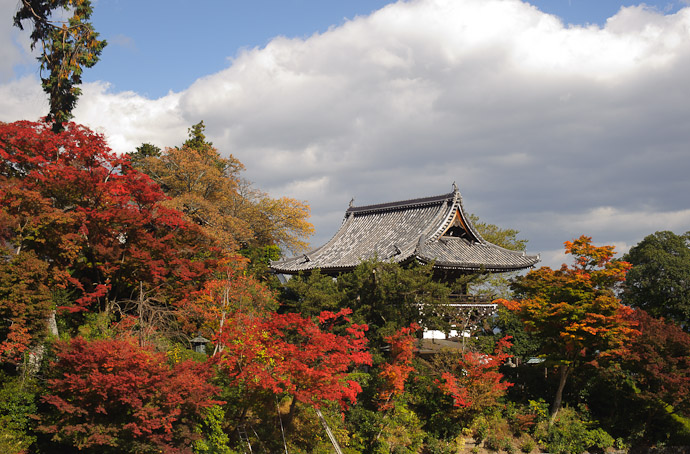 Overlooking the Parking Lot -- Yoshiminedera Temple (善峯寺) -- Kyoto, Japan -- Copyright 2010 Jeffrey Friedl, http://regex.info/blog/