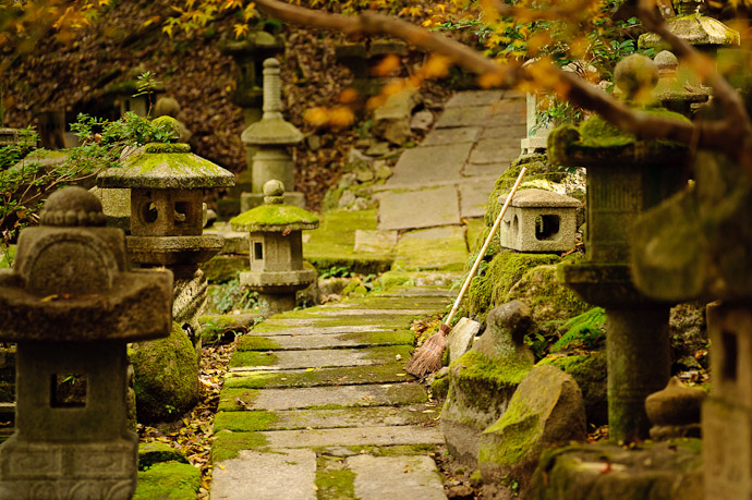 Clean Sweep -- Nishimura Stonecarver's Garden -- Kyoto, Japan -- Copyright 2010 Jeffrey Friedl, http://regex.info/blog/