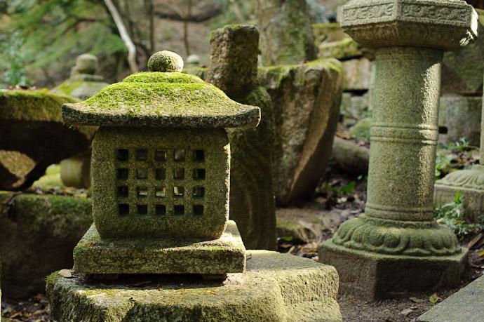 Last Bits of Sun -- Nishimura Stonecarver's Garden -- Kyoto, Japan -- Copyright 2010 Jeffrey Friedl, http://regex.info/blog/