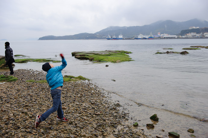Throwin' Rocks as kids are apt to do -- Shodoshima, Kagawa, Japan -- Copyright 2010 Jeffrey Friedl, http://regex.info/blog/