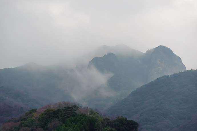 Misty Mountain Pass -- Shodoshima, Kagawa, Japan -- Copyright 2010 Jeffrey Friedl, http://regex.info/blog/