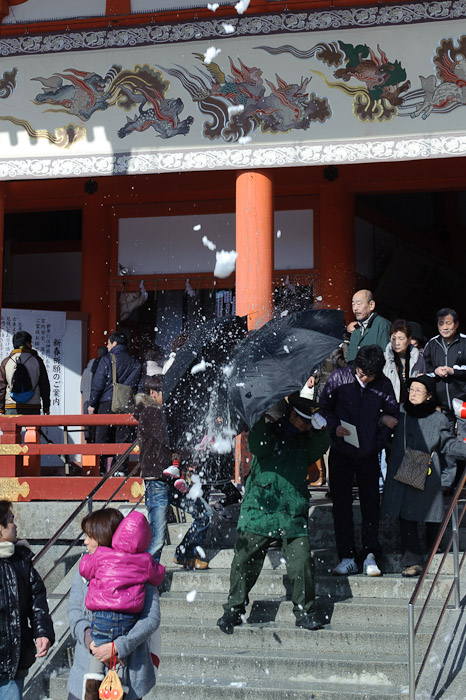 Snow: 1,   Guard: 0 -- Heian Shrine -- Kyoto, Japan -- Copyright 2011 Jeffrey Friedl, http://regex.info/blog/