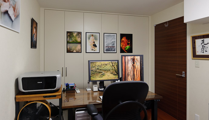 My Home Office brightened up with a bit of art on the wall -- Kyoto, Japan -- Copyright 2011 Jeffrey Friedl, http://regex.info/blog/