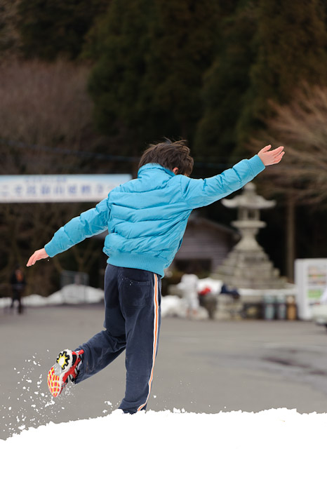 Snow Play! -- Hieizan Driveway -- Shiga, Japan -- Copyright 2011 Jeffrey Friedl, http://regex.info/blog/