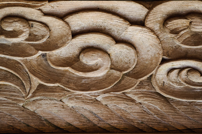desktop background image of carving detail on a gate at the Toufuu Shrine, Kyoto Japan -- Shrine Gate Carving elegantly simple -- Toufuu Shrine (道風神社) -- Copyright 2011 Jeffrey Friedl, http://regex.info/blog/
