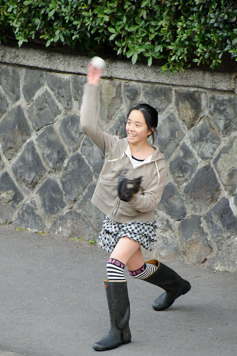 Nice Smile. Nice Form. Nice Boots? -- Kyoto, Japan -- Copyright 2011 Jeffrey Friedl, http://regex.info/blog/