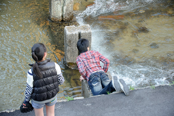 Improvising on his side of the river -- Kyoto, Japan -- Copyright 2011 Jeffrey Friedl, http://regex.info/blog/