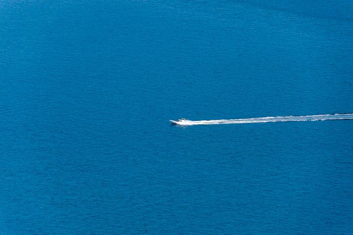 desktop background image of a fast-moving fishing boat -- Mt. Takamiyama (高見山) -- Onomichi, Hiroshima, Japan -- Copyright 2011 Jeffrey Friedl, http://regex.info/blog/