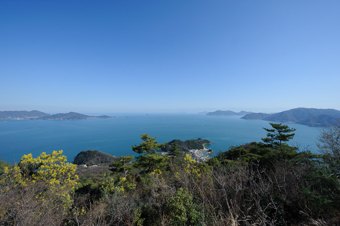 Low Tide ( slightly wider view ) -- Mt. Takamiyama (高見山) -- Onomichi, Hiroshima, Japan -- Copyright 2011 Jeffrey Friedl, http://regex.info/blog/